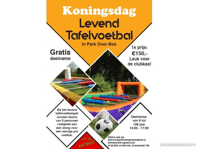 Levend tafeltafelvoetbalspel in Park Over-Bos op Koningsdag