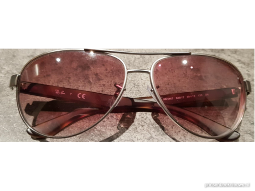 Zonnebril aan schutting