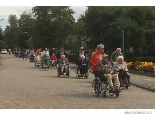 Wie kan helpen bij rolstoelwandeling?
