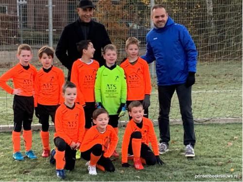 Nieuwe tenues helpen jonge voetballers aan overwinning
